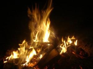 fogueira 300x225 Acendendo uma Fogueira