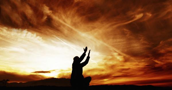 A oração nos ensina a suportar as provações diárias. Nos ensina a ter fidelidade e a orar uns pelos outros. Nos ajuda a exortar os fracos e abatidos e a permanecer na fé e na palavra de Deus.