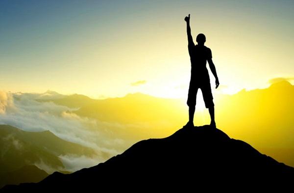 Deus é a esperança do seu povo. Força e misericórdia. Deus domina no alto. O seu braço cerca os que lhe pertencem. Nele não há fraqueza, nem receio ou mal.